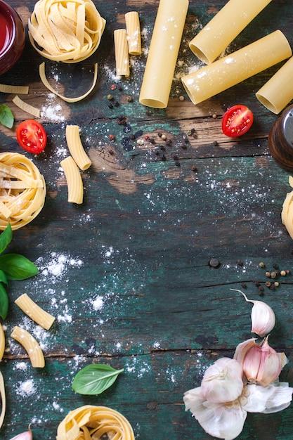 Tavolo in legno con diversi tipi di pasta Foto Gratuite