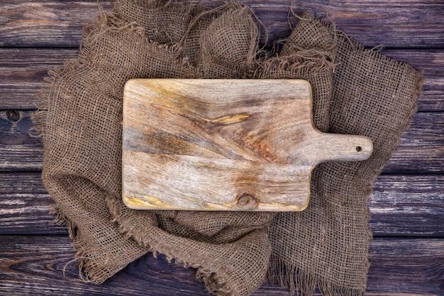 Tavolo in legno con panno di tela e tagliere Foto Premium