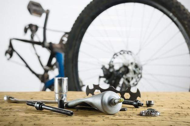 Tavolo in legno con pezzi di ricambio per mountain bike. Foto Premium