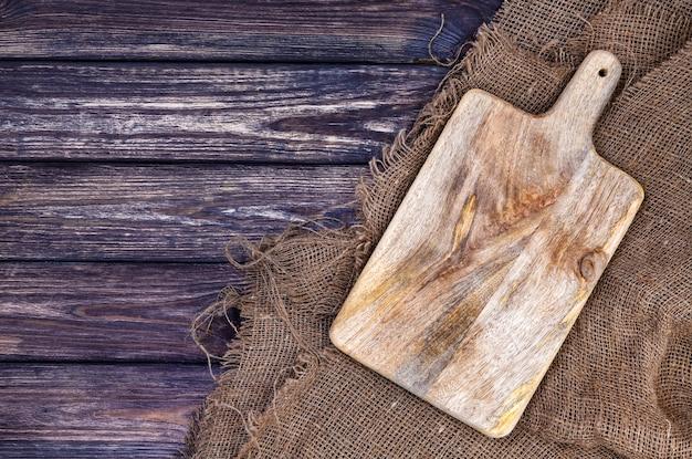 Tavolo in legno con piano in tela e tagliere Foto Premium