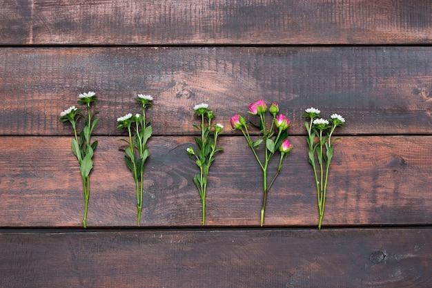 Tavolo in legno con rose, vista dall'alto Foto Gratuite