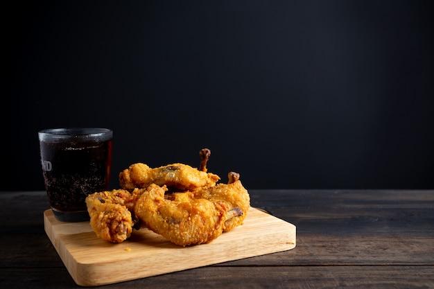 Tavolo in legno di pollo fritto. Foto Gratuite