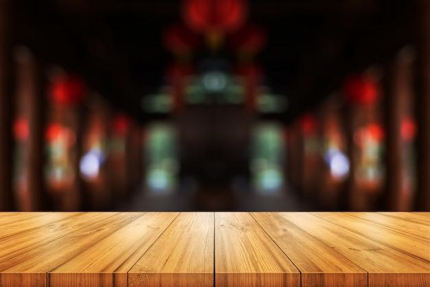 Tavolo in legno vuoto con sfondo sfocato caffetteria o ristorante interno. Foto Premium
