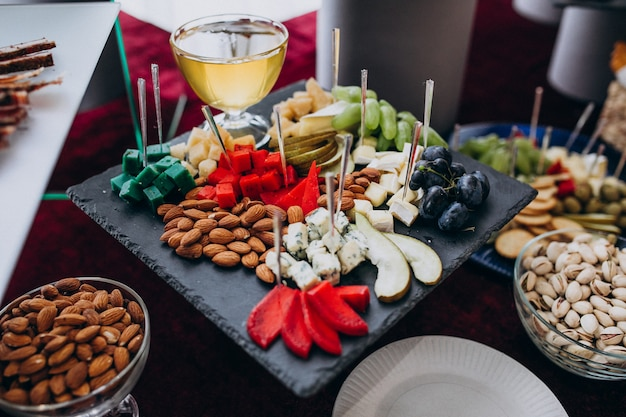 Tavolo per banchetti decorato con snack a un matrimonio Foto Gratuite