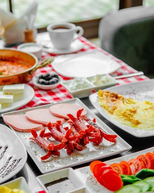 Tavolo per la colazione con salsicce e prosciutto. Foto Gratuite