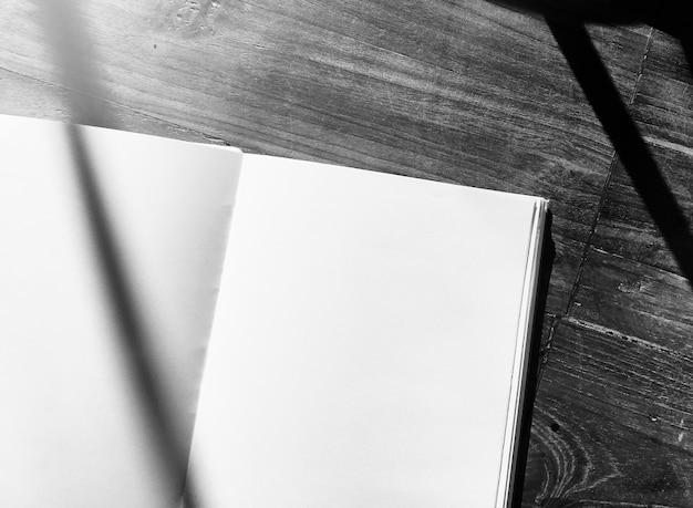 Tavolo Di Ufficio : Tavolo per ufficio in legno di quaderno bianco scaricare foto gratis