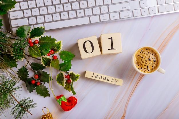 Tavolo scrivania con tastiera del computer e tazza di caffè con albero di natale decorato vista dall'alto copia spazio 1 gennaio capodanno Foto Premium