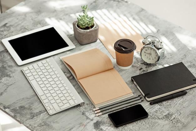 Tavolo scrivania da ufficio con computer, forniture e telefono Foto Gratuite