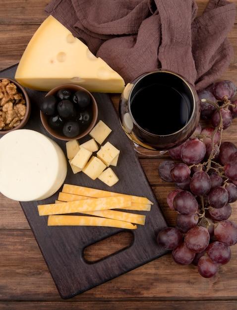 Tavolo vista dall'alto con selezione di formaggi e vino Foto Gratuite