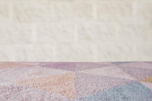 Tavolo vuoto tappeto con sfondo di mattoni Foto Gratuite