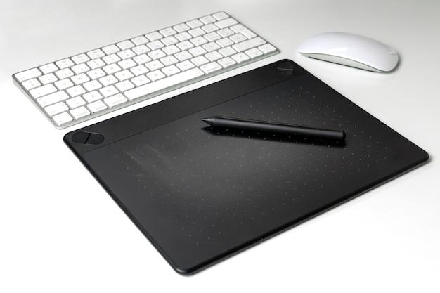 Tavolozza grafica del digitalizzatore con la tastiera e il topo sul fondo bianco dello scrittorio Foto Premium