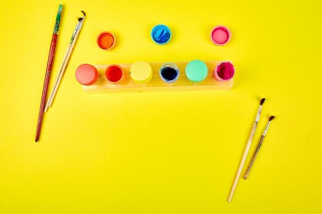 Tavolozze dell'acquerello e pennelli. luogo di lavoro dell'artista Foto Premium