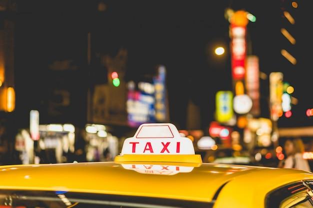 Taxi nella notte della città vicino Foto Premium