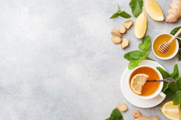 Tazza bianca con tisana naturale zenzero limone menta e miele. Foto Premium