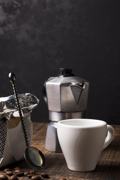Tazza bianca per caffè caldo e macinacaffè Foto Gratuite