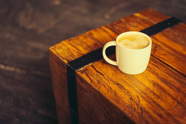 Tazza caffè latte sul tavolo scaricare foto gratis