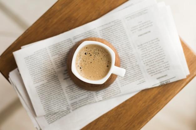 Tazza con caffè caldo sui giornali Foto Gratuite