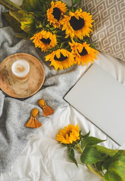 Tazza con cappuccino, girasoli, camera da letto, concetto di mattina, autunno Foto Premium