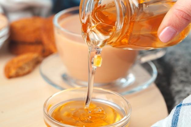 Tazza con tisana e miele e tisana secca Foto Premium