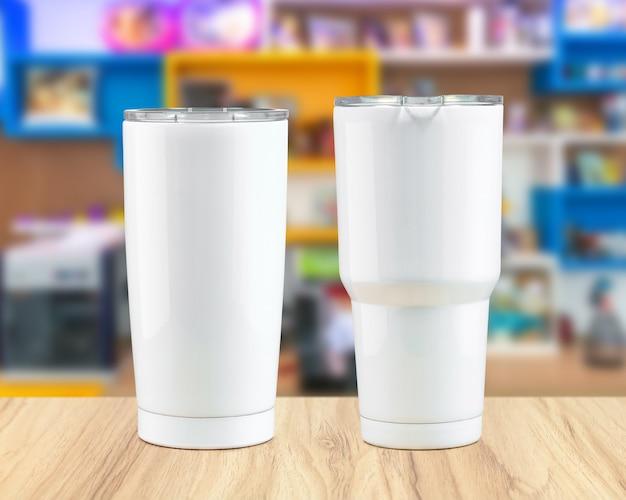 Tazza da bicchiere in acciaio inox su fondali in legno. Foto Premium
