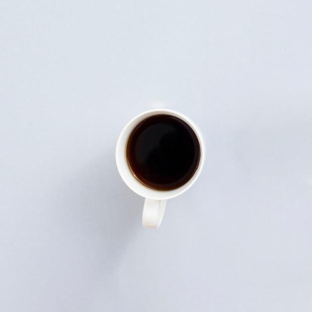 Tazza da caffè di vista superiore con fondo grigio Foto Gratuite