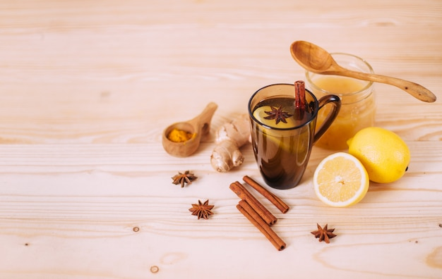Tazza di acqua calda con limone, miele, zenzero, cannella e anice. Foto Premium