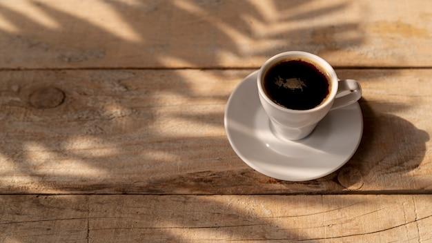 Tazza di caffè ad alta vista sul tavolo Foto Gratuite