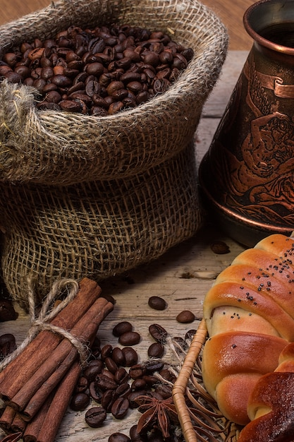 Tazza di caffè caldo e cornetti freschi Foto Premium