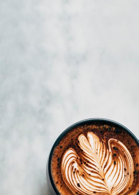 Tazza di caffè caldo su un tavolo Foto Gratuite