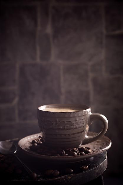Tazza di caffè con fagioli Foto Premium