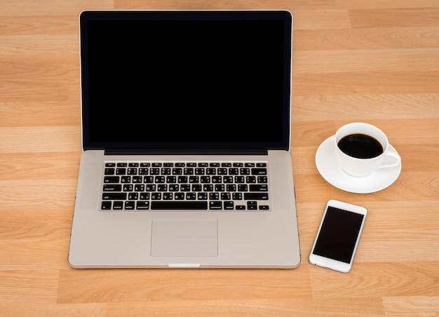 Tazza di caffè con il computer portatile e lo smartphone Foto Gratuite