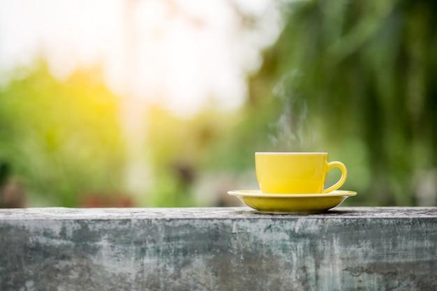 Tazza di caffè con uno sfondo sfocato Foto Premium