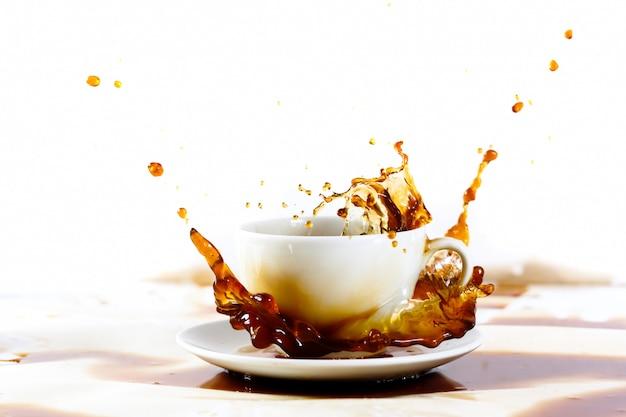 Tazza di caffè creando splash Foto Premium
