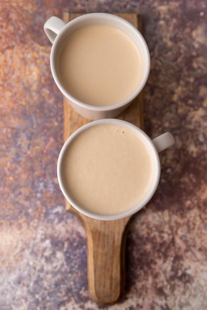 Tazza di caffè di vista superiore sul bordo di legno Foto Gratuite