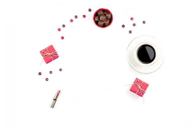 Tazza di caffè, dolci al cioccolato, confezione regalo piatta. sfondo femminile. Foto Premium