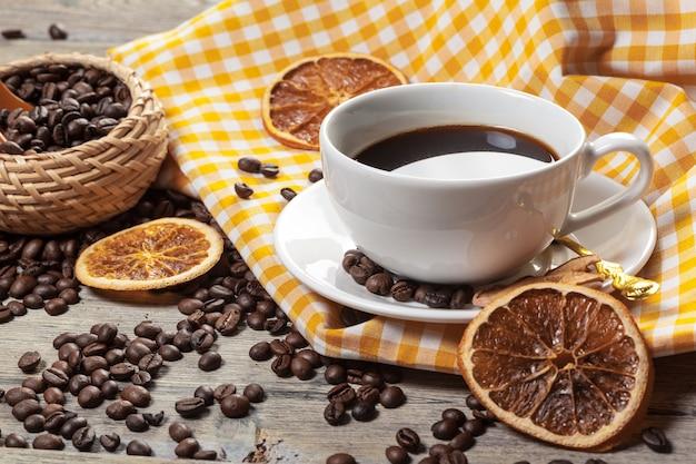 Tazza di caffè e chicchi di caffè sulla tavola Foto Premium