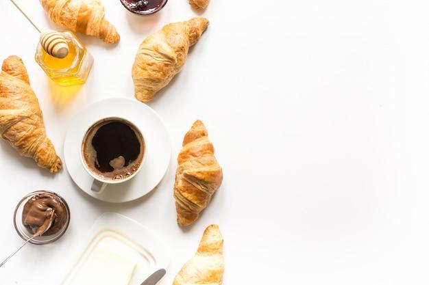 Tazza di caffè e cornetti appena sfornati. vista dall'alto. copia spazio. Foto Premium