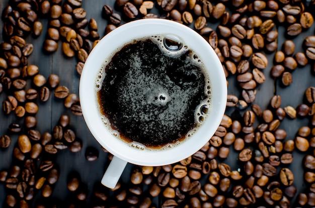 Tazza di caffè e fagioli Foto Premium