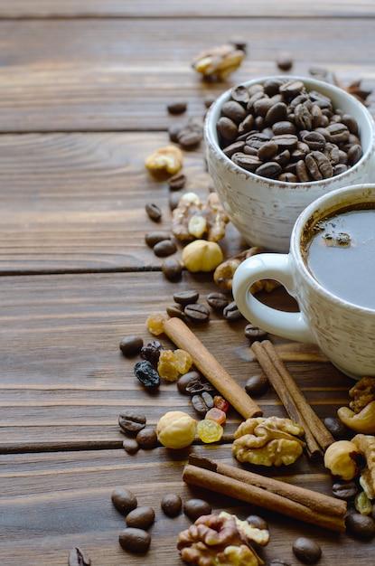 Tazza di caffè espresso sul tavolo di legno naturale con spuntini sani Foto Premium
