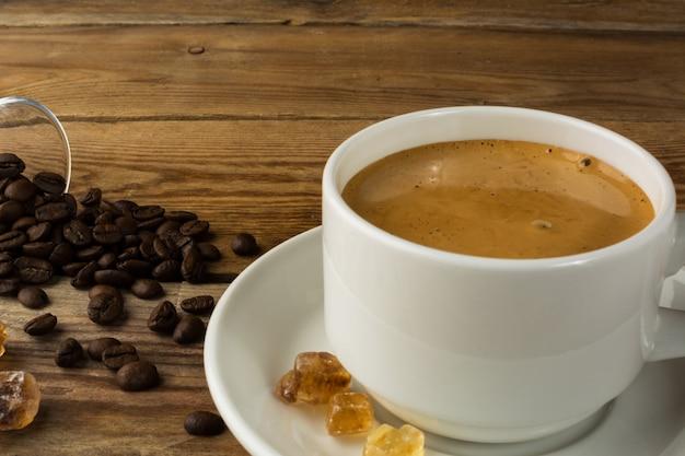 Tazza di caffè forte al mattino e zucchero di canna Foto Premium