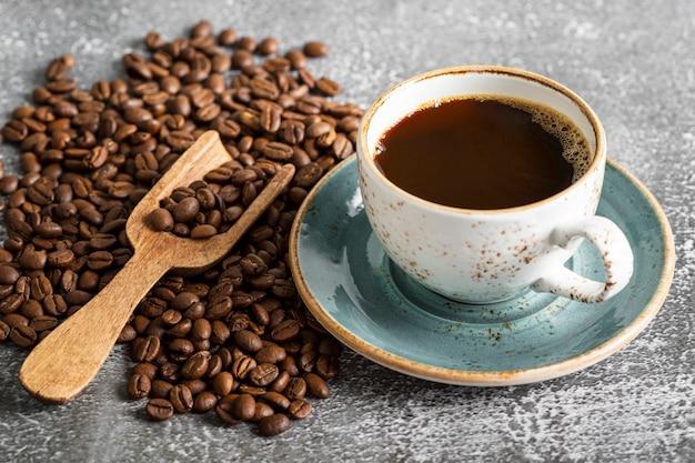 Tazza di caffè fresca del primo piano sul tavolo Foto Gratuite
