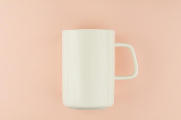 Tazza di caffè in ceramica bianca su sfondo rosa. Foto Premium