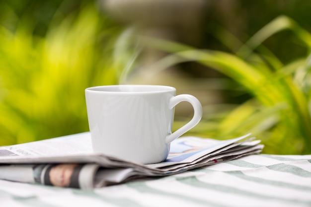Tazza di caffè in giardino Foto Premium