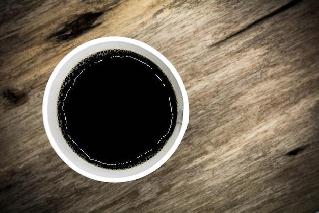 Tazza di caffè per andare sul tavolo in legno - stile vintage Foto Premium