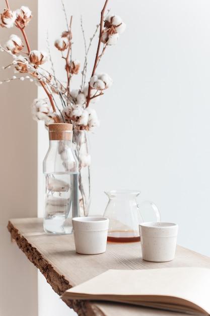 Tazza di caffè, ramo di un albero, davanzale in legno Foto Gratuite