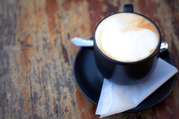 Tazza di caffè scuro su un tavolo di legno scaricare foto gratis