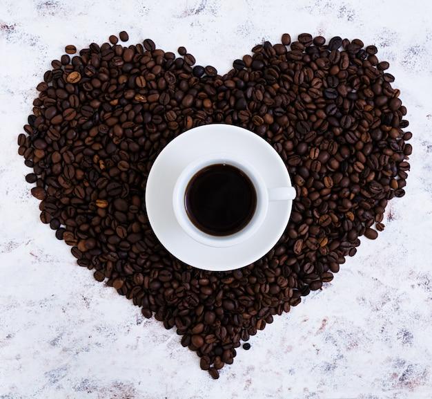Tazza di caffè su bianco Foto Premium