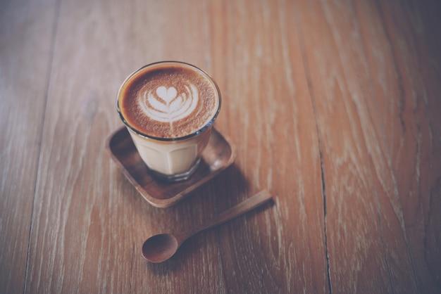Tazza di caffè su un tavolo di legno scaricare foto gratis