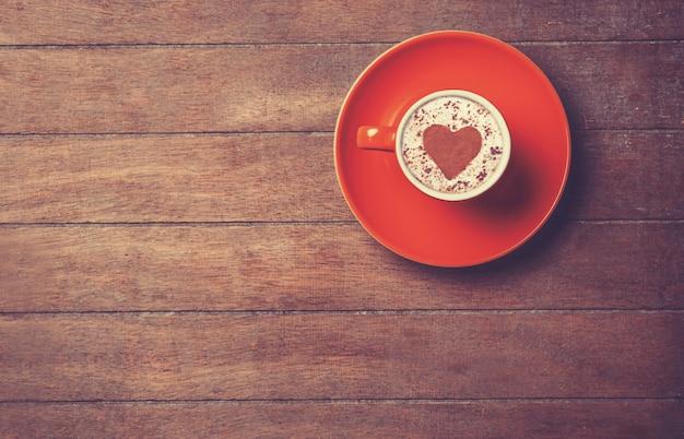 Tazza di caffè su un tavolo di legno. Foto Premium