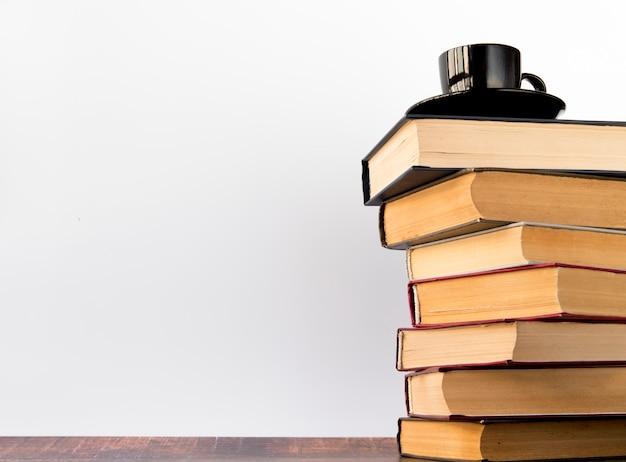 Tazza di caffè su una pila di libri Foto Gratuite